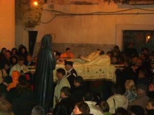 Un momento della Via Crucis cittadina: Gesù incontra la Madonna