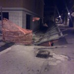 Il recinto del cantiere della casa di riposo per anziani distrutto dal vento. Immagine scattata ieri notte